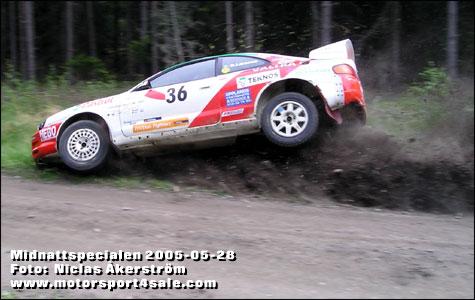 Dick Larsson kollar vägkanten under Midnattsspecialen 2005