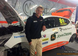 17 årige Nicklas Oscarsson på väg att nå målet i Clio Cup