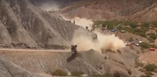 Carlos Sainz rullar ut ur Dakar-rallyt 2017