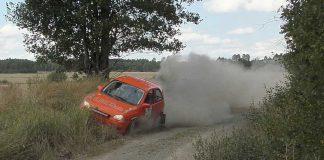 Opel Corsa som satsar allt längs dikeskanten och mer därtill