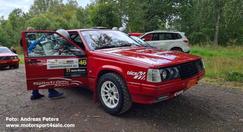 Göran Bergsten hoppar in i Volvon inför SS5 East Sweden Rally