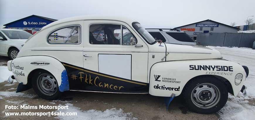 Volvo PV som väntar på rallyskogen