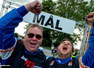 Ett segervrål från 2019 förkunnar att Joachim Grahn och Rickard Nilsson just kört hem sin fjärde seger i rallyklassikern TV-Svängen.