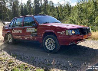 Patrik Flodin i sin röda Volvo 940